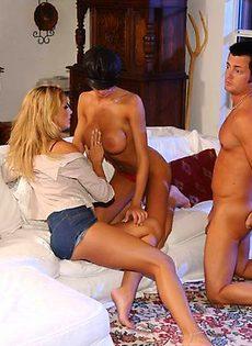 Мужик трахает двух блондинок - фото #