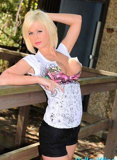 Очаровательная блондинка показывает сиськи и попку - фото #