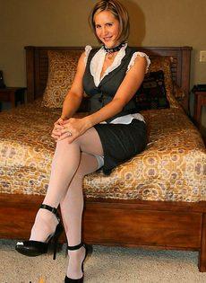 Гувернантка устроила стриптиз на кровати - фото #
