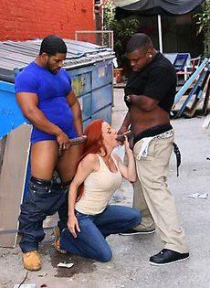 Негры трахнули бабу в переулке - фото #