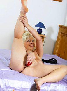 Старая мамаша мастурбирует самотыком - фото #