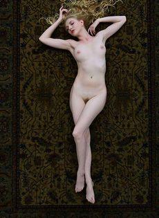 Обаятельная блондиночка позирует голая на ковре - фото #