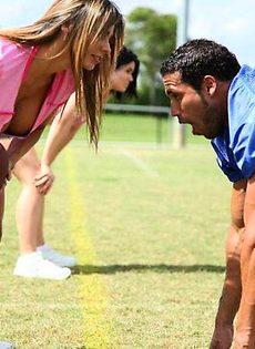Красотка показывает сиськи футболистам - фото #