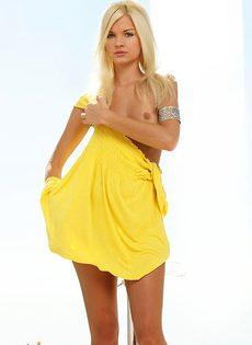 Стройная длинноногая блондиночка с бритой киской - фото #