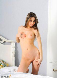 Симпатичная сексуальная лярва дрочит в постели - фото #