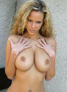 Страстная блондинка показывает аппетитное тело - фото #