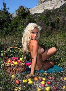 Ева в Крыму обнажилась возле яблок - фото #