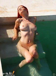 Рыжая бестия позирует нагишом в бассейне - фото #