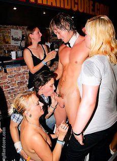 Пьяная групповушка свингеров в стриптиз клубе - фото #