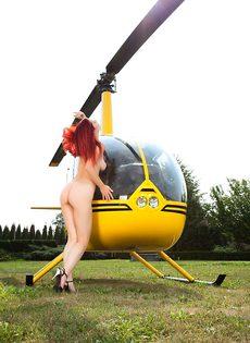 Знойная Елена играет с вагиной возле вертолета - фото #