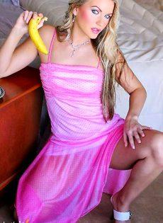 Яркая блондинка онанирует бананом - фото #