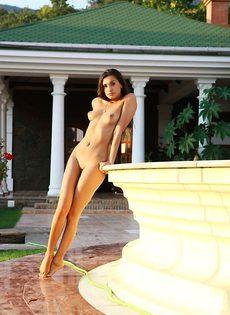 Анюточка у фонтана показывает прелести - фото #