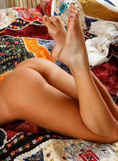 Смуглянка Кристина мастурбирует на кровати - фото #