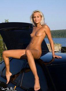 Девушка устроила стриптиз на капоте машины - фото #
