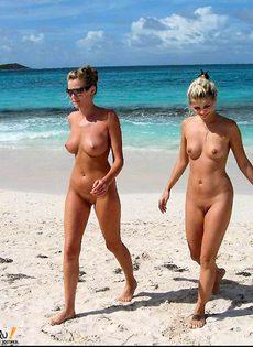 Девушки посетили нудистский пляж - фото #