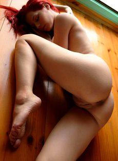 Сексуальная девушка позирует в одиночестве - фото #