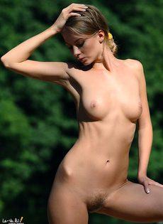 Прекрасная Анжелика обнажает волосатую киску - фото #