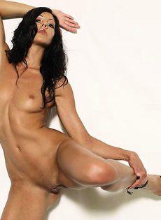 Лара обнажила свои интимные места - фото #