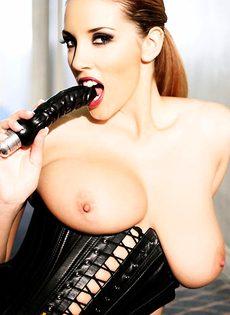 Любительница доминировать выжидает свою рабыню - фото #