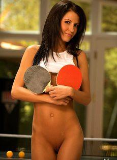 Анжела любит играть в теннис совсем голой - фото #