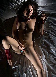 Красотка трахает себя самотыком в кровати - фото #
