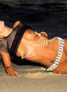 Наташа интересно мастурбирует на пляже - фото #