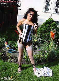 Sonia Dane любит загорать на даче топлесс - фото #