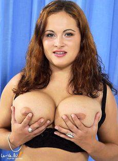 Толстушка здорово трахает вагину - фото #