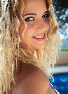 Милашка с приятной внешностью дрочит клитор возле бассейна - фото #