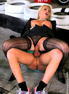 Секс оргия в гараже - фото #