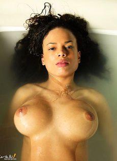 Горячая штучка позирует голая в ванне - фото #