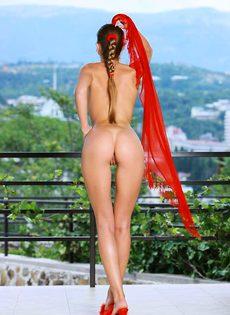 Летом в Крыму девчонка разделась догола - фото #
