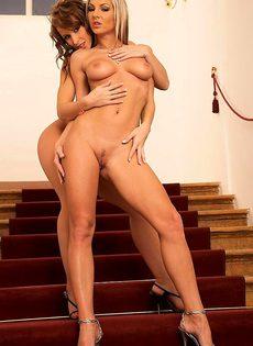 Две прелестницы балуются на лестнице - фото #