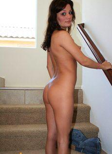 Молоденькая девушка снимает шортики и бикини - фото #
