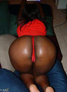 Негритоска с круглой попкой любит устраивать стриптиз - фото #