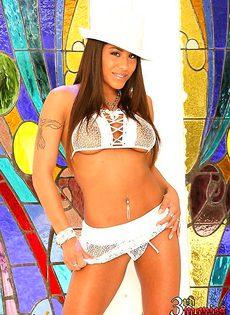 Девка в шляпке смачно сосет член - фото #
