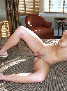 Девка залезла себе под юбку - фото #