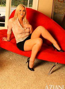 Блондинка играет с резиновым другом во время дрочки - фото #