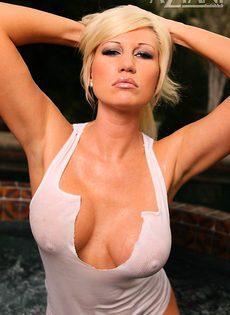 Блондинка моет пизду в джакузи - фото #
