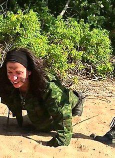 Лесбийский военный лагерь полон разврата - фото #