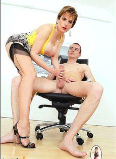 Дамочка берет в рот член Марка - фото #
