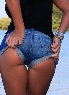 Брюнетка на озере снимает бикини - фото #