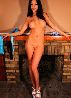 Брюнетка в сексуальном фартуке страстно шалит с влагалищем - фото #
