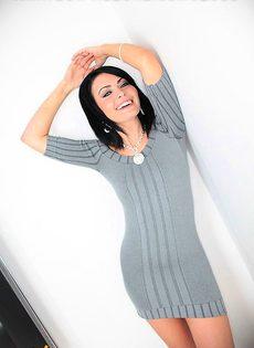 Брюнетка подымает платье и делает минет - фото #