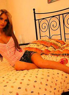 Худая девка забавляется с фаллосом друга - фото #