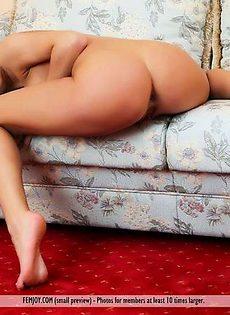 Шлюшка раздвинула ноги и посветила пиздой на диванчике - фото #