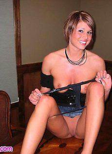 Развратную девушку трахнули на рабочем столе - фото #