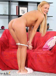 Блондинка обожает розовый фаллос - фото #