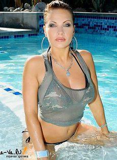 Страстная похотливая модель дрочит в бассейне - фото #