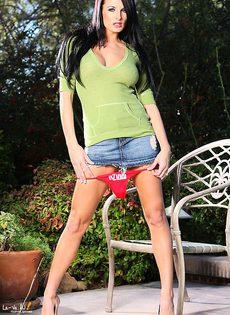Горячая девка демонстрирует анус и вагину - фото #